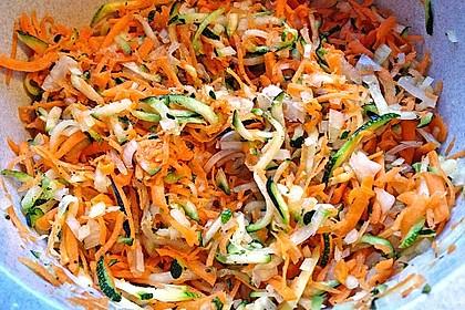 Zucchini-Möhren Puffer mit Kräuter-Joghurt Creme 46