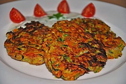 Zucchini-Möhren Puffer mit Kräuter-Joghurt Creme 34