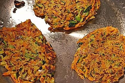Zucchini-Möhren Puffer mit Kräuter-Joghurt Creme 56