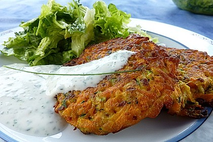 Zucchini-Möhren Puffer mit Kräuter-Joghurt Creme 2