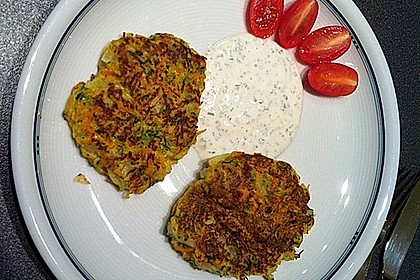 Zucchini-Möhren Puffer mit Kräuter-Joghurt Creme 12