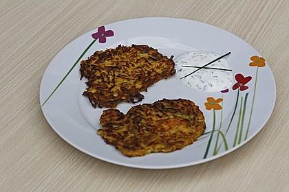 Zucchini-Möhren Puffer mit Kräuter-Joghurt Creme 44
