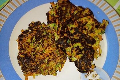 Zucchini-Möhren Puffer mit Kräuter-Joghurt Creme 53