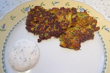 Zucchini-Möhren Puffer mit Kräuter-Joghurt Creme 20
