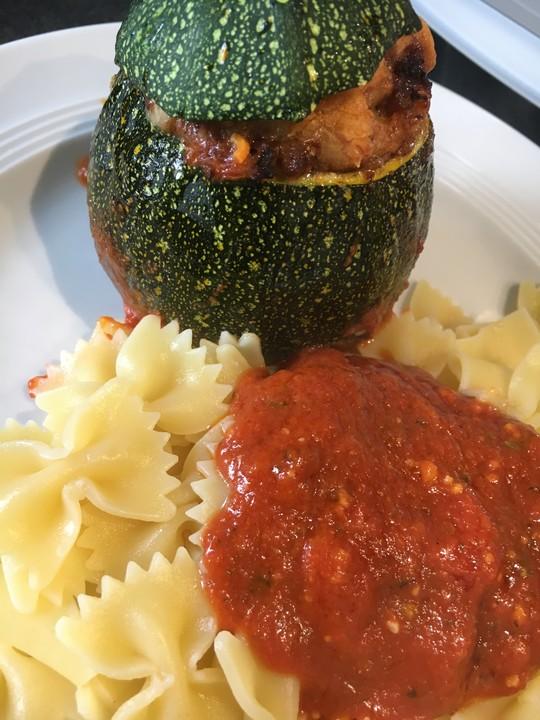 gef llte runde zucchini mit hackfleisch und tomatenso e von maxrie. Black Bedroom Furniture Sets. Home Design Ideas