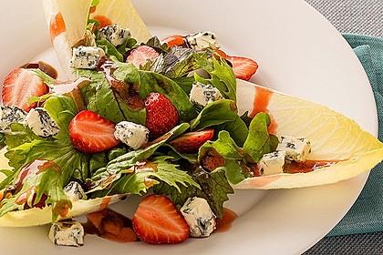 Salat mit Blauschimmelkäse und Erdbeeren