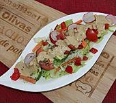 Gemischter Sommersalat mit leckerem Dressing (Bild)