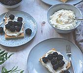 Hot Milk Sponge Cake mit Mascarponesahne und frischen Beeren (Bild)