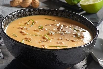 Kürbis-Suppe mit Kokosmilch und Erdnüssen