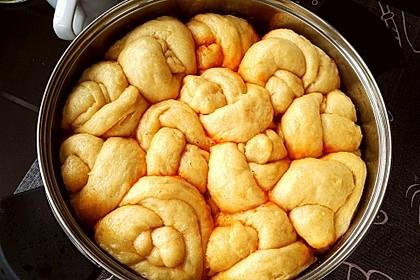 Dampfnudel herzhaft auf Kartoffeln