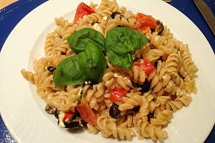 Nudeln mit Tomaten, Schafskäse und Oliven 7