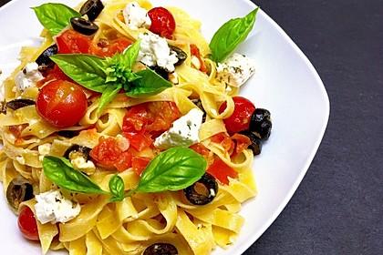 Nudeln mit Tomaten, Schafskäse und Oliven 1