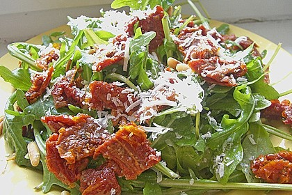Rucola - Basilikum - Salat mit Pinienkernen und Parmesan 21