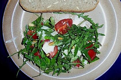 Rucola - Basilikum - Salat mit Pinienkernen und Parmesan 30