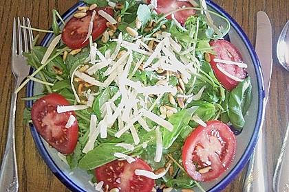 Rucola - Basilikum - Salat mit Pinienkernen und Parmesan 22