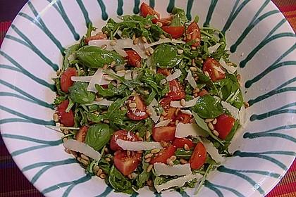 Rucola - Basilikum - Salat mit Pinienkernen und Parmesan 16