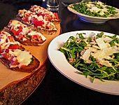 Rucola - Basilikum - Salat mit Pinienkernen und Parmesan (Bild)