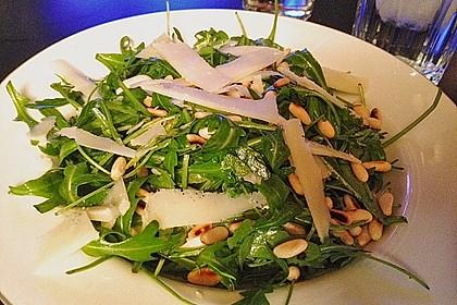 Rucola - Basilikum - Salat mit Pinienkernen und Parmesan 18