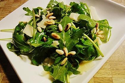Rucola - Basilikum - Salat mit Pinienkernen und Parmesan 2