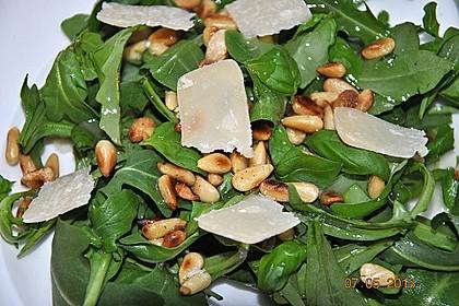 Rucola - Basilikum - Salat mit Pinienkernen und Parmesan 4