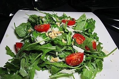 Rucola - Basilikum - Salat mit Pinienkernen und Parmesan