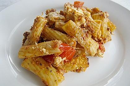 Auflauf mit Oliven, Tomaten, Pesto und Feta-Käse