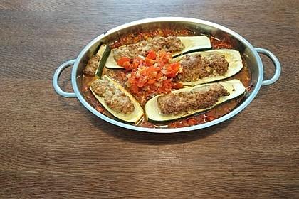 Annas gefüllte Zucchini im Tomatenbett
