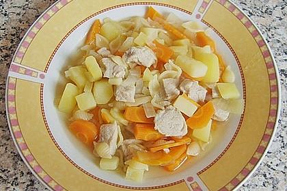 Schnitzelsuppe mit Gemüse und Muschelnudeln