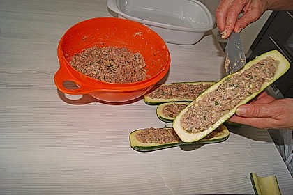 Mit Hackfleisch gefüllte Zucchini 19
