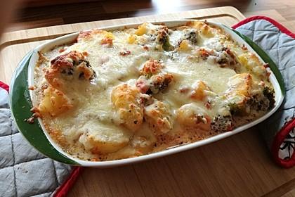 Kartoffelauflauf mit Brokkoli und Tomaten