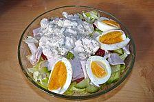 Bunter Schichtsalat mit Tunfischsoße