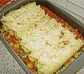 Überbackene Pfannkuchen auf feuriger Gemüsesauce (Bild)