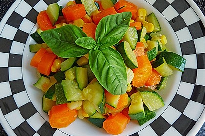 Zucchinisalat mit Möhren und Mais