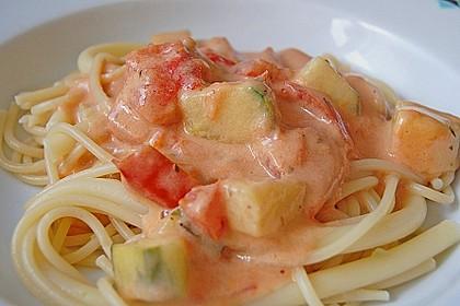 Spaghetti in Feta-Tomate-Gurken-Sauce