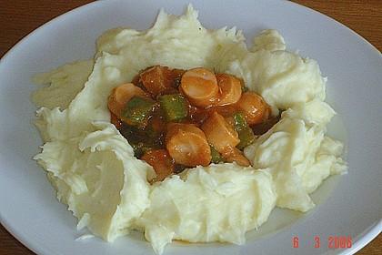 Würstchenragout mit Kartoffelrand