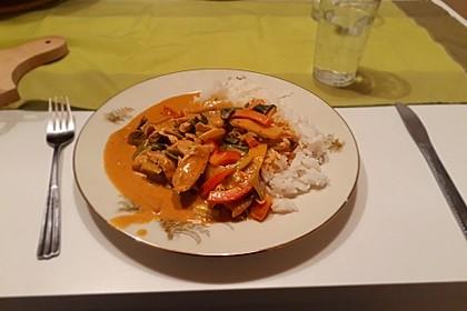 Schnelles Thai-Curry mit Huhn, Paprika und feiner Erdnussnote 110