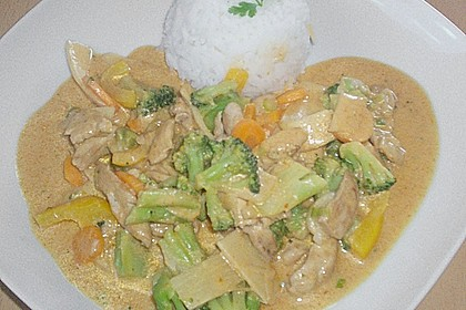 Schnelles Thai-Curry mit Huhn, Paprika und feiner Erdnussnote 156