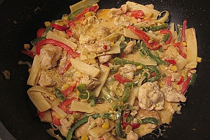 Schnelles Thai-Curry mit Huhn, Paprika und feiner Erdnussnote 121