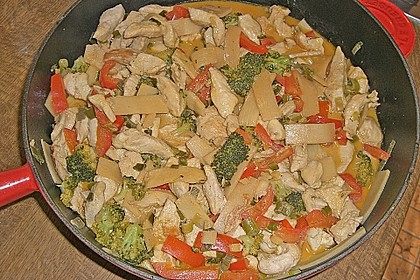 Schnelles Thai-Curry mit Huhn, Paprika und feiner Erdnussnote 135