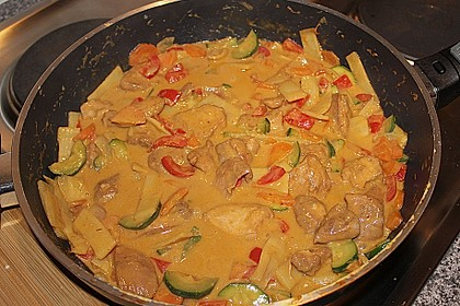 Schnelles Thai-Curry mit Huhn, Paprika und feiner Erdnussnote 125
