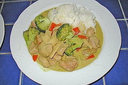 Schnelles Thai-Curry mit Huhn, Paprika und feiner Erdnussnote 111