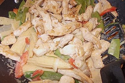 Schnelles Thai-Curry mit Huhn, Paprika und feiner Erdnussnote 136