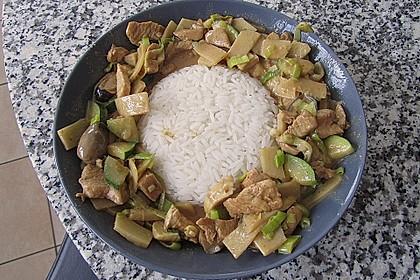 Schnelles Thai-Curry mit Huhn, Paprika und feiner Erdnussnote 82