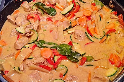 Schnelles Thai-Curry mit Huhn, Paprika und feiner Erdnussnote 117