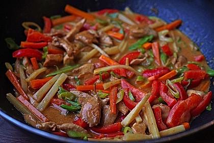 Schnelles Thai-Curry mit Huhn, Paprika und feiner Erdnussnote