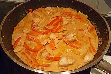 Schnelles Thai-Curry mit Huhn, Paprika und feiner Erdnussnote 138