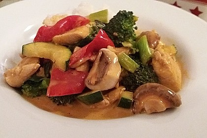 Schnelles Thai-Curry mit Huhn, Paprika und feiner Erdnussnote 11