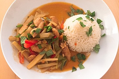Schnelles Thai-Curry mit Huhn, Paprika und feiner Erdnussnote 12