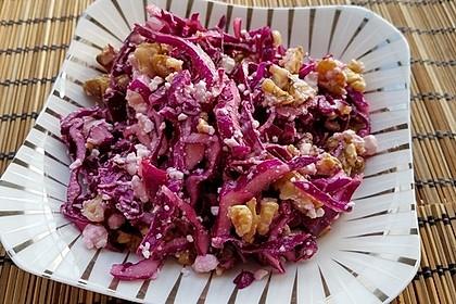 Rotkohlsalat mit Schafskäse und Nüssen (Bild)