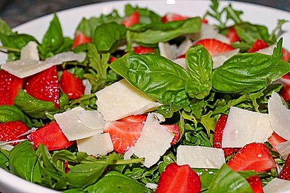 Basilikum-Rucolasalat mit Erdbeeren 1